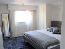 Yläkerran 1. makuuhuoneessa on vaatekomero nurkassa.