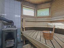 Talossa on tilava sauna puukiukaalla
