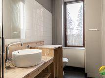 Ikkunallinen kylpyhuone.