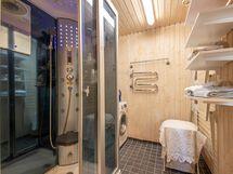 Alakerran kylpyhuone / kodinhoitotila