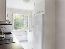 Keittiön varustukseen kuuluu side-by-side jääkaappipakastin.