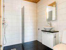 Vaaleasävyinen kylpyhuone