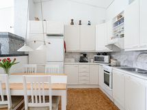 Keittiö ja ruokapöydän paikka
