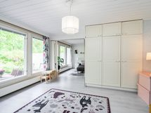 Ensimmäisessä makuuhuoneessa on kiinteät kaapistot ja isot ikkunat takapihan suuntaan