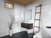 Alakerran kylpyhuone poreammeineen