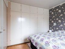 ... kaapistoineen, myös vaatehuone tämän makuuhuoneen yhteydessä