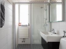 Ikkunallinen kylpyhuone - liukuovet suikutilaan