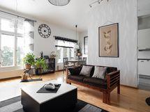 Valoisaa olohuone-keittiö -tilaa
