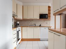 keittiö avautuu ruokailutilaan