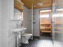 Tilava pesuhuone ja ikkunallinen sauna