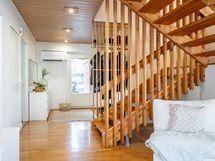 Eteinen ja portaikko yläkertaan