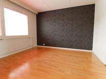 Olohuoneen vieressä oleva makuuhuone joka erotettu paljeovella