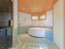 Talossa on erittäin tilava suihku joka löytyy talon uudesta osasta.