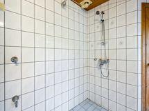 Kylpyhuoneesta löytyy myös tilavaraus pesukoneelle