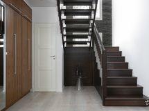 Tilava eteisaula ja valoisa portaikko.