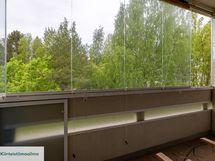 Metsäiset näkymät lasitetulta parvekkeelta