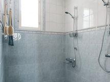 Päämakuuhuoneen viereinen kylpyhuone