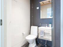Kääntyvä suihkuseinä tekee lisätilaa kylpyhuoneeseen.