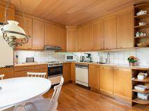 Puusepän valmistamat tammiset kalusteet  tähän keittiöön vartavasten tehty.