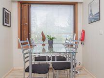 Ruokailupöytä ikkunan edessä
