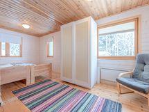 Toinen kuva alakerran makuuhuoneesta