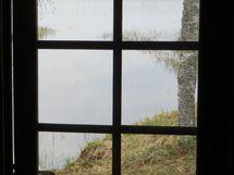 näkymä saunan ovi-ikkunasta