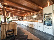 Valtavassa keittiössä on n. 90 m2 joten mahtuu isompikin ruokailupöytä