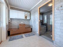 Pukuhuone josta käynti terassille, wc, ph/sauna
