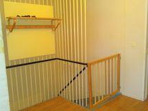 Alakertaan menevä portaikko