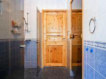 Kylpyhuoneeseen kulku kodinhoitohuoneesta sekä takkahuoneesta.