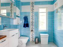 Yläkerran kylpyhuone/wc. Varaus kylpyammeelle olemassa.