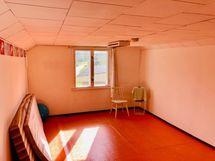 Yläkerran huone joka on ollut kesäkäytössä.