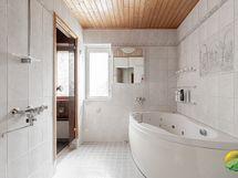Tilava poreammeellinen kylpyhuone. Kylpyhuoneessa myös wc- istuin.