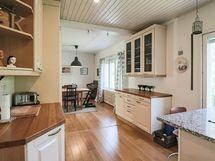 avoin keittiö/ruokailutila