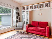 Olohuoneen yhteydessä oleva kirjasto/työhuone/makuuhuone.
