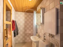 Kylpyhuone on ilmeeltään vaaleasävyinen.