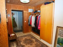Eteisaula, josta käynti apukeittiöön sekä saunaosastolle