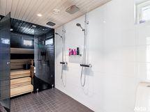 Kylpyhuone lasiseinällä