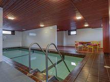 Yhtiön uima-allas asukkaiden käytössä