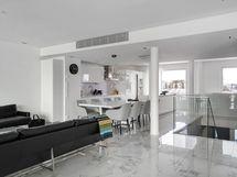 Olohuone, ruokailutila ja avokeittiö muodostavat tyylikkään ja edustavan kokonaisuuden