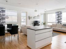 Olohuone ja keittiö muodostavat valoisan kokonaisuuden