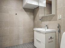 Kylpyhuoneessa maanläheiset sävyt