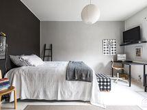 Makuuhuone on hulppean kokoinen ja sijoittuu sisäpihan puolelle