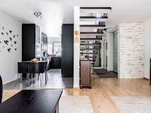 näkymä olohuoneesta keittiöön ja eteiseen suuntaan