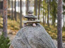 Kauniisti kivin maisemoitu tontti on helppo hoitoinen