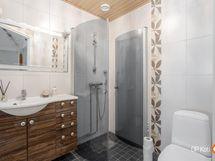 yläkerran wc:n yhteydessä myös suihku