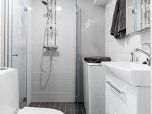 Pyykinpesukoneelle on liitäntä allaskaapissa.