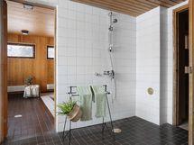 Kylpyhuone, josta käynti uima-altaalle ja saunaan
