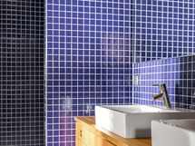 Kylpyhuoneessa raikasta tammea, sinistä laattaa
