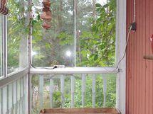 talon päädyssä lasitettu parveke